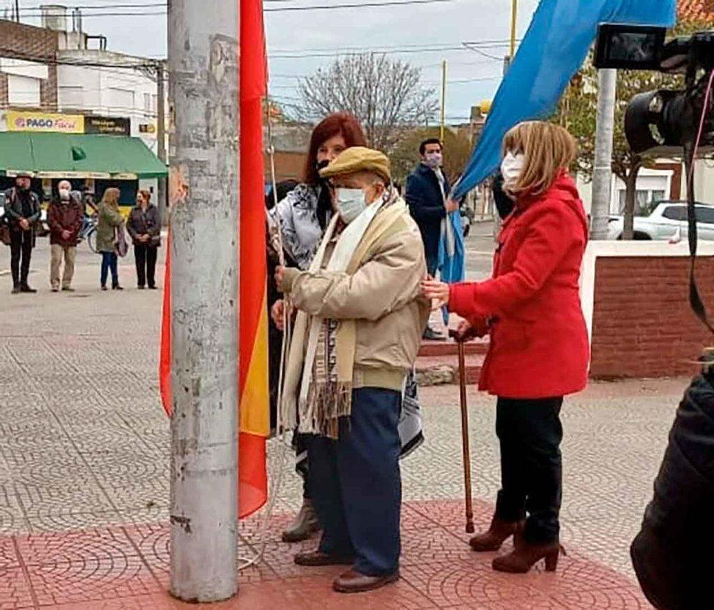 Dámaso Rodríguez izando la bandera de España en Punta Alta.
