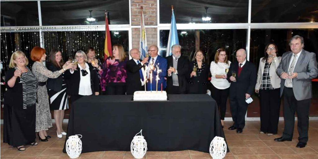 Directivos del Centro Gallego y autoridades invitadas brindan por el 142 aniversario de la entidad.