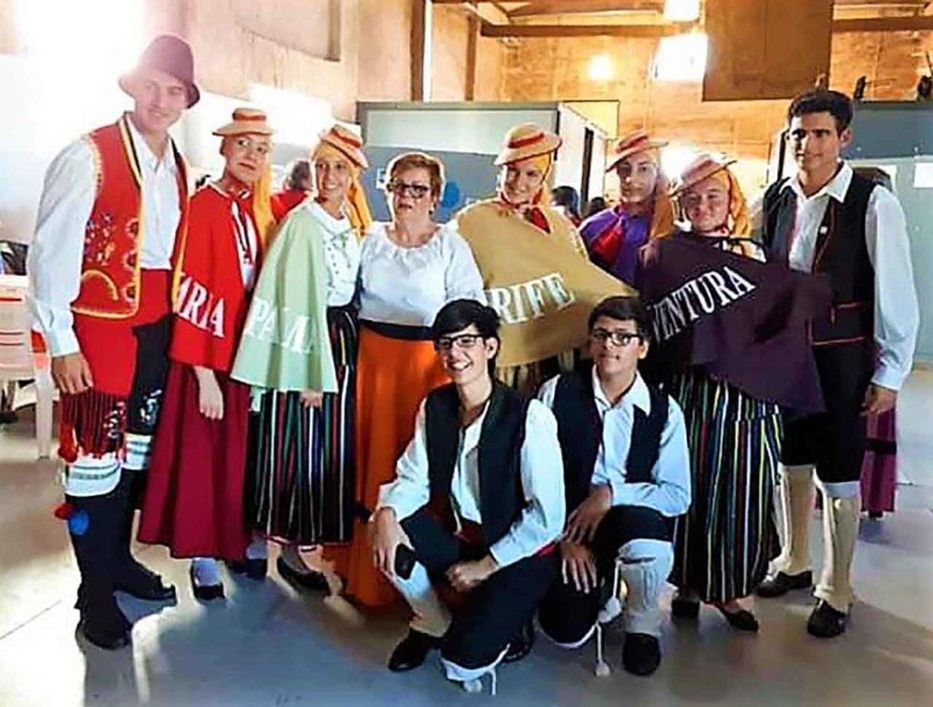 Cuerpo de baile de la casa canaria Buscando Raíces de Tala, en Uruguay.