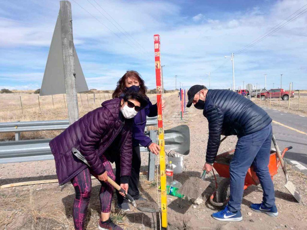 Miembros de la Sociedad Española de Zapala colaboraron en los trabajos de forestación de una senda ciclista.