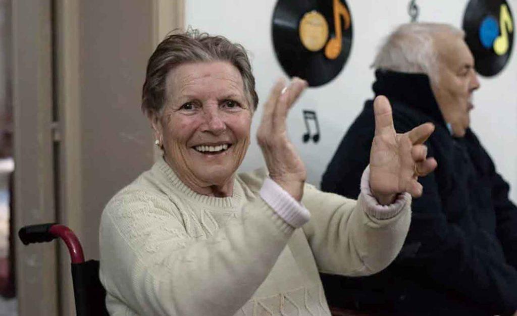 Una de las residentes en una de las fiestas del Hogar.