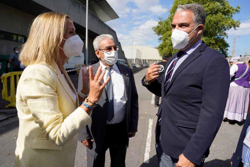 Elías Bendodo saludando a la alcaldesa de Barakaldo, Amaia del Campo, junto al presidente de la Federación Farae, Juan Gracia Carvajal.