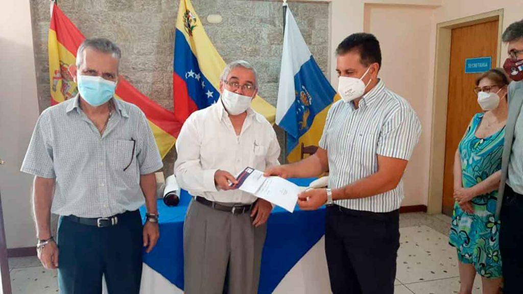 Juan Rafael Zamora Padrón entregando una de las ayudas en la Fundación Nuestra Señora de las Nieves de Cagua.