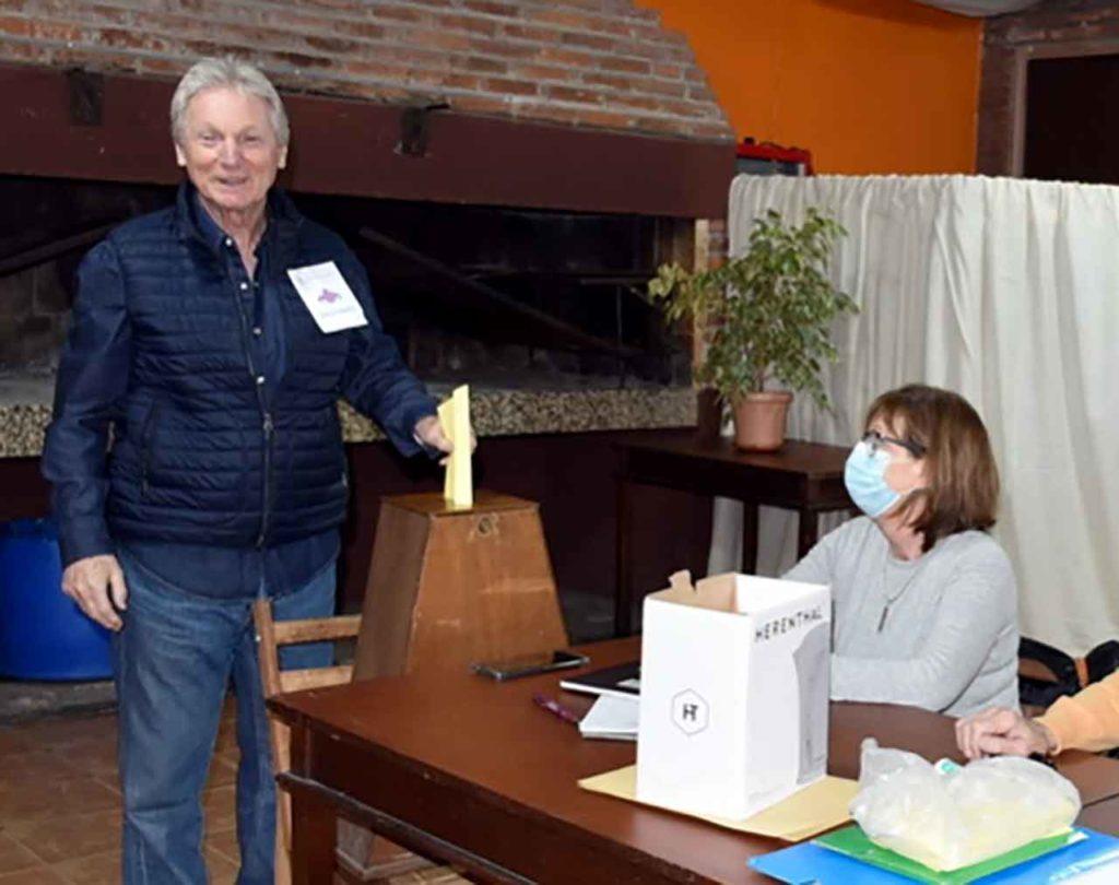Ramón Lorenzo Pita en el momento de votar.