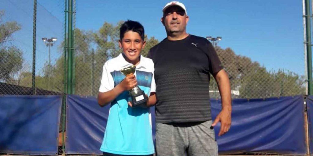 Fernando Inostroza con su trofeo.