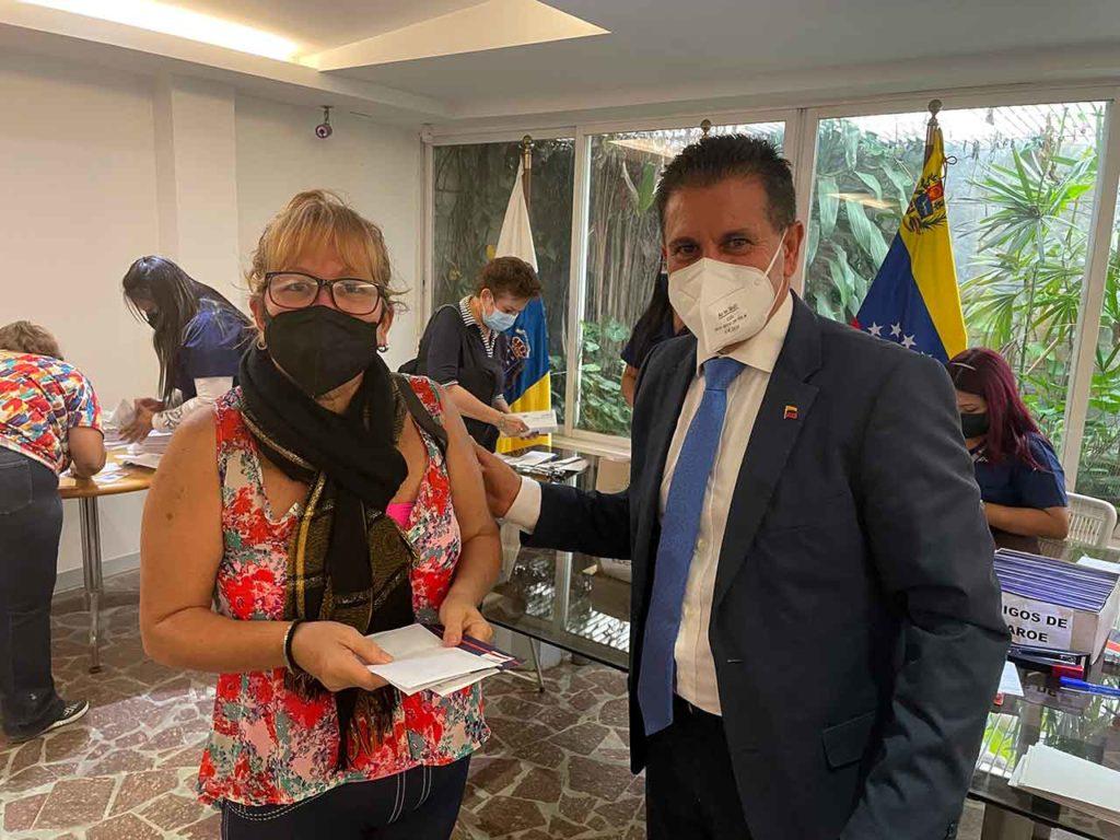 Juan Rafael Zamora Padrón entrega una tarjeta social a una beneficiaria en la sede del Gobierno de Canarias en la capital.