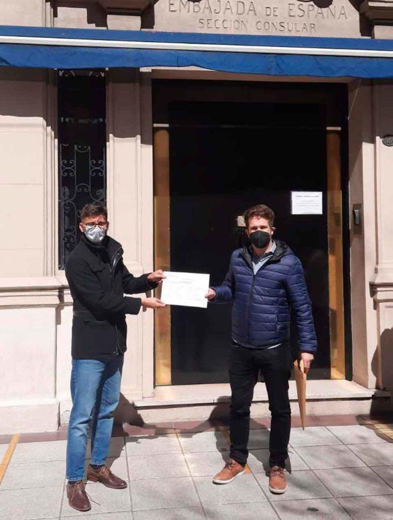 Xoán Negreira y Facundo González Vega, de 'Memoria, Verdad y Justicia' salen del Consulado luego de presentar la candidatura de su lista.