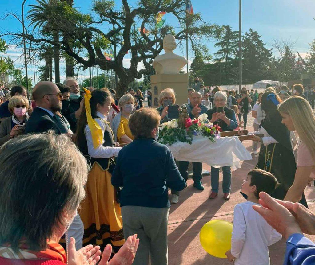 La comunidad bolivarense salió a recibir la imagen de la Virgen del Pilar.