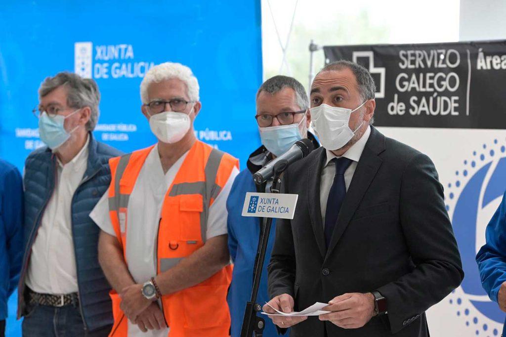 García Comesaña, con miembros del equipo de vacunación del recinto ferial de A Coruña.