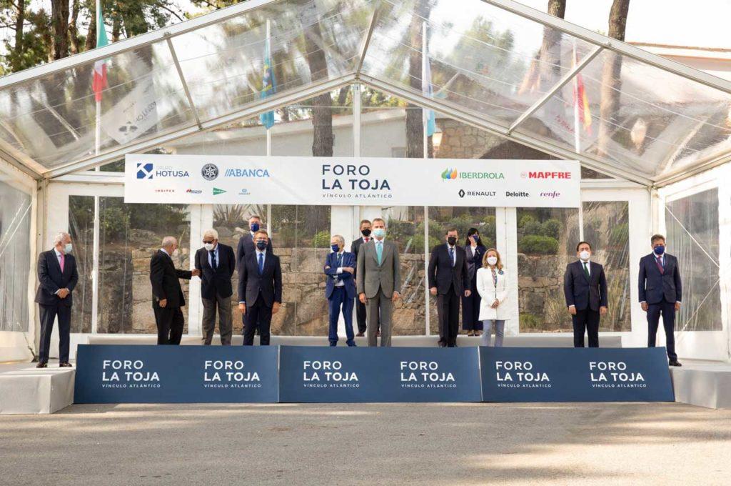 Núñez Feijóo con el Rey, los expresidentes Felipe González y Mariano Rajoy y la vicepresidenta Nadia Calviño, entre otras autoridades, en el Foro La Toja, por el que pasaron también los presidentes de España, Pedro Sánchez, y Portugal, Antonio Costa.