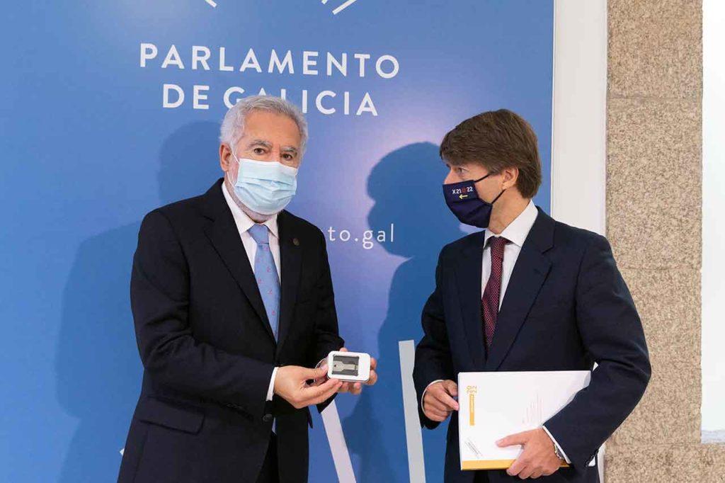 El presidente del Parlamento de Galicia, Miguel Santalices, recibió el proyecto de presupuestos para 2022 de manos de Miguel Corgos.