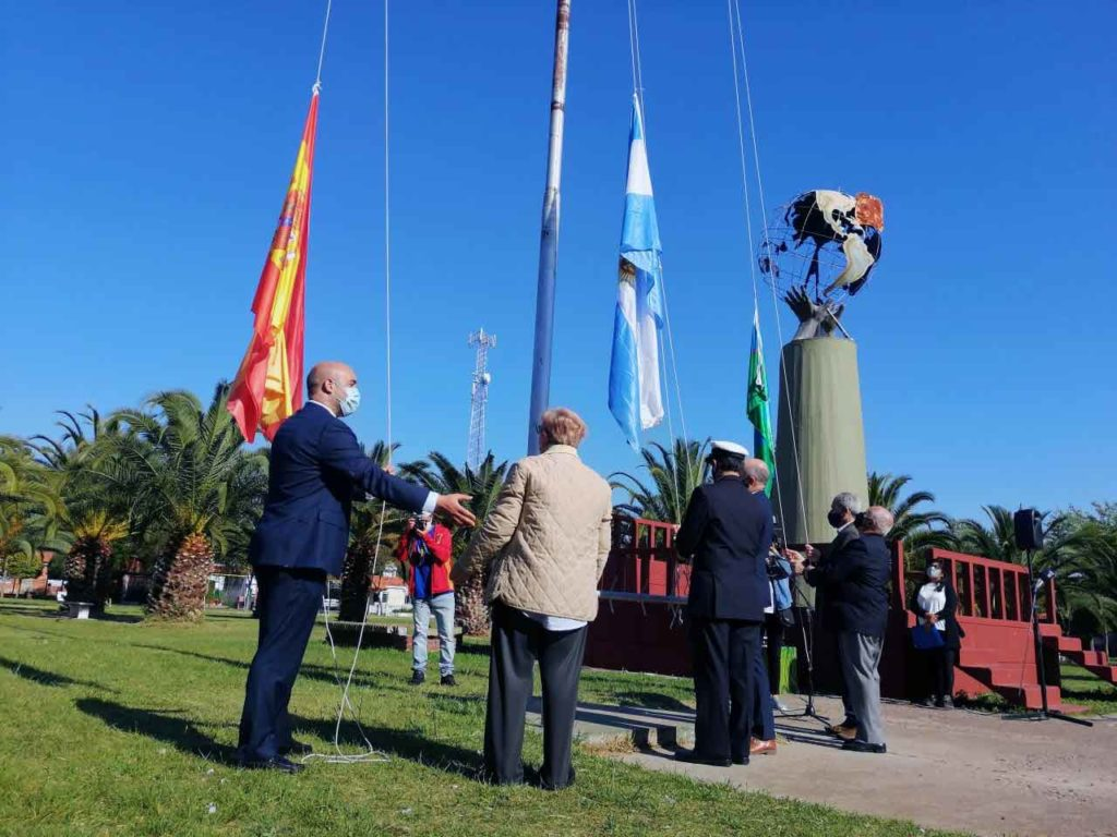 Un momento del izado de banderas.