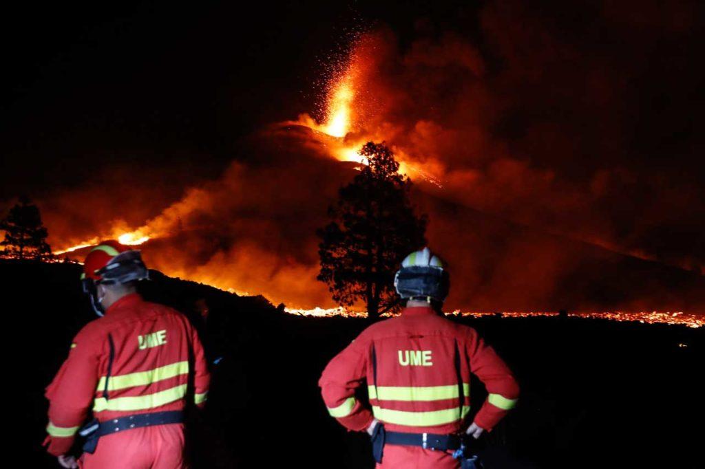 Una vista nocturna del volcán en un momento álgido de la erupción.