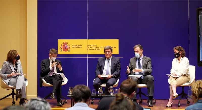 En el centro el ministro José Luis Escrivá y a su izquierda el secretario de Estado de Migraciones, Jesús Perea, explicando los presupuestos destinados a la ciudadanía en el exterior.