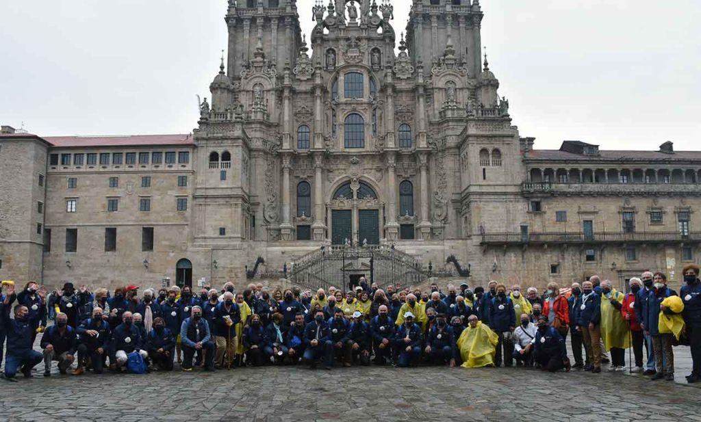 Los participantes en Reencontros co Xacobeo con el secretario da Emigración frente a la Catedral de Santiago.