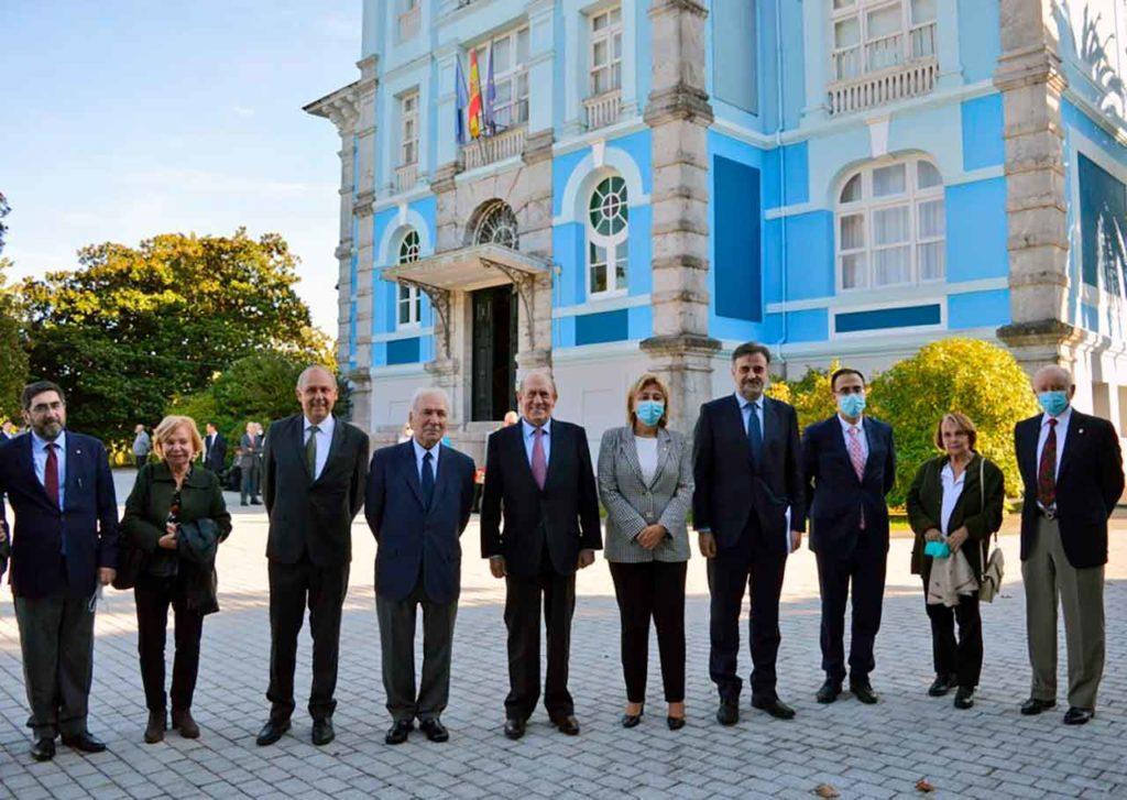 Francisco Rodríguez, Antonio Suárez, Delia Losa, Jesús Perea, Jesús Bordás, Paz Fernández Felgueroso y Rafael Segura, este miércoles frente a la Quinta Guadalupe, sede del Archivo de Indianos.