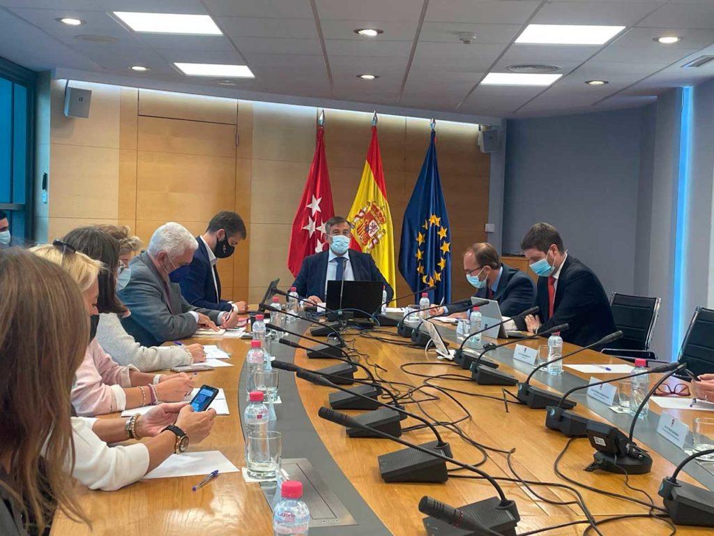 El consejero de Presidencia, Justicia e Interior de la Comunidad de Madrid, Enrique López (al fondo), presidió la reunión del Consejo de Emigración y Retorno de la Comunidad de Madrid.