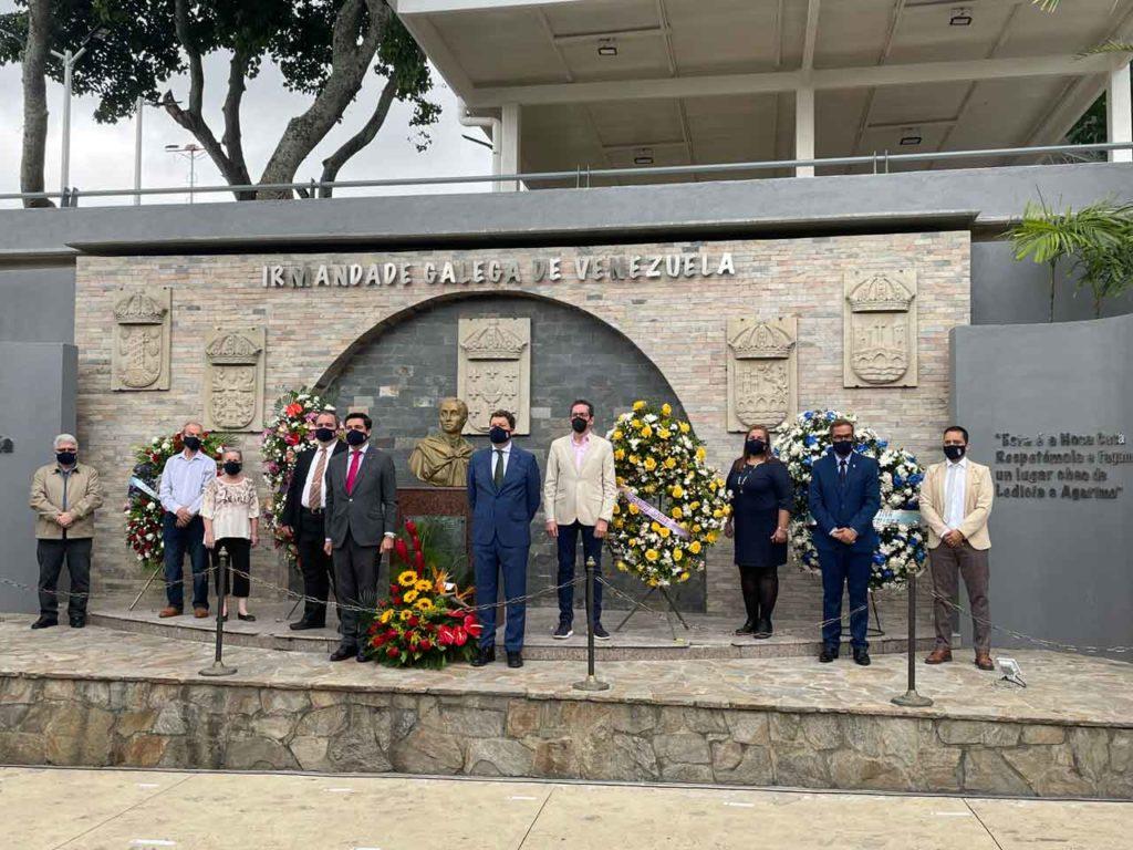 Ofrenda floral de las autoridades de la Hermandad y los representantes de la Embajada.