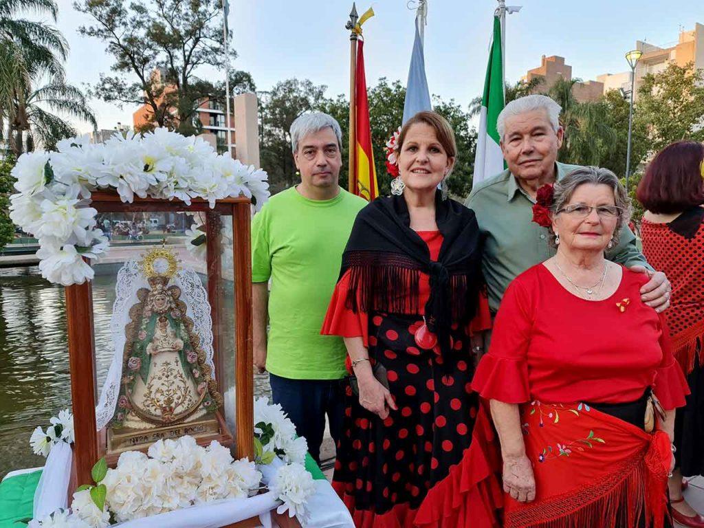 Rodrigo Bescos, Maruja Fernández, Juan Fernández Lidueña y una integrante de la agrupación junto a la imagen de la Virgen del Rocío.