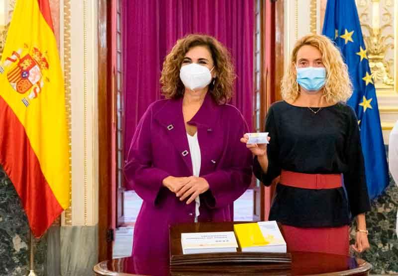 María Jesús Montero entregó el Proyecto de Ley de Presupuestos Generales del Estado para 2022 a la presidenta del Congreso, Meritxell Batet.