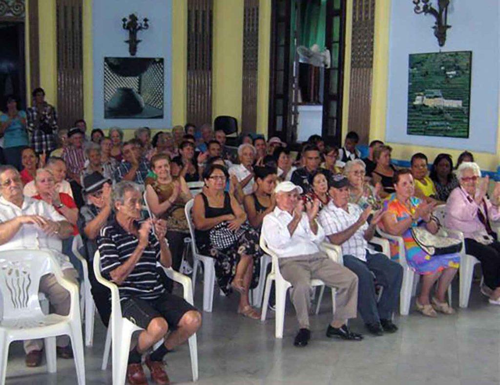 Un grupo de emigrantes canarios mayores en Cuba.