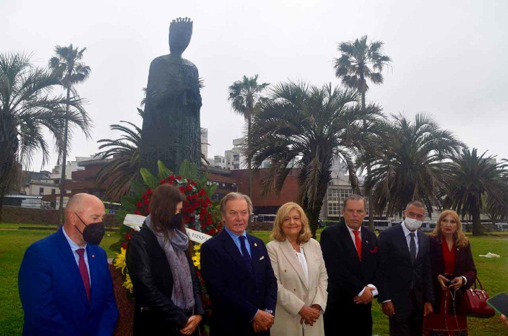 El embajador Gómez-Llera se dirige a los asistentes bajo la estatua a Isabel la Católica.