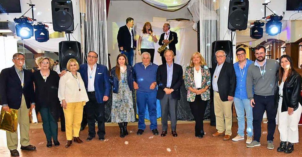 Autoridades y homenajeados en el Centro Asturiano Casa de Asturias de Montevideo.