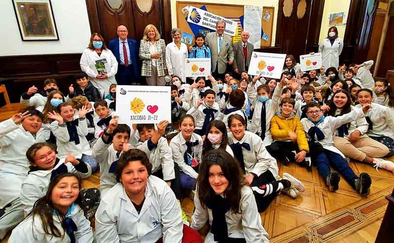 Los alumnos de la Escuela Galicia y al fondo Vicente Pecino, María Victoria Scola, Jorge Torres y Manuel Losa con profesoras del centro escolar.