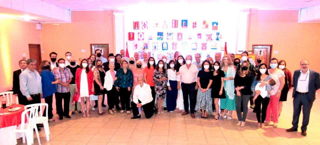 Asistentes al acto y en el centro, de rojo, la nueva embajadora Carmen Castiella.