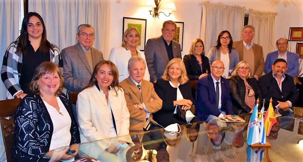 Sentado en el centro con chaqueta clara Ramón Lorenzo, y a su izquierda María Victoria Scola y Vicente Pecino.